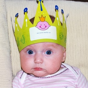 1535652826birthday-baby-with-crown-on-head